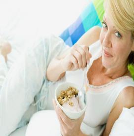 كدام مواد غذايي در دوران يائسگي مفيد است؟